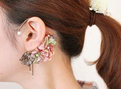 小花を集めたイヤーフックです。落ち着いた色合いのお花をミックスさせ、パールをあしらいました(^^)細めで軽く、耳への負担も少ないですよ***【素材】金具(真鍮...|ハンドメイド、手作り、手仕事品の通販・販売・購入ならCreema。