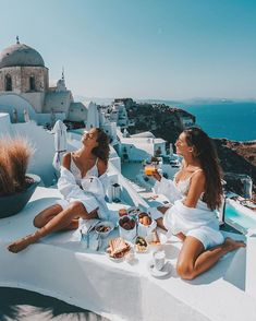 Santorini Greece Travel Girls Photography - New Ideas Vacation Pictures, Travel Pictures, Travel Photos, Greece Girl, Patagonia, Best Friend Pictures, Santorini Greece, Mykonos, Travel Aesthetic