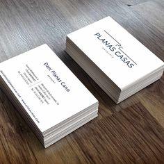 """Planas Casas abogados se definen como """"un equipo de profesionales de confianza"""". En esta ocasión hemos sido los responsables del diseño de sus tarjetas corporativas: sencillas, claras, con los colores corporativos y sin ningún tipo de ornamento.  Detrás de esta simplicidad se ha querido transmitir una idea muy clara y que al mismo tiempo es uno de los pilares básicos de la empresa: transmitir la proximidad y la confianza al cliente."""