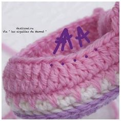 Baby booties with step by step pictures! Baby Slippers, Baby Socks, Baby Hats, Baby Patterns, Knitting Patterns, Crochet Baby Booties, Crochet Slippers, Mode Crochet, Booties Crochet