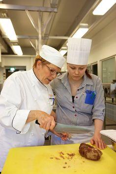 Hotelli-, ravintola- ja catering-alan perustutkinto antaa monipuolisen osaamisen ruoanvalmistus-, tarjoilu-,  myynti- ja asiakaspalvelutehtäviin.