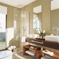 Baño en paralelo y con separaciones de cristal