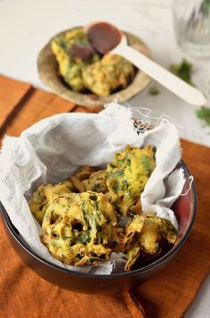 Spinach lentil fritters (Paalak vada) – Crispy South Indian fritters made of Bengal gram lentil (daal), spinach and Indian herbs. Amah-zing with tea and coffee!