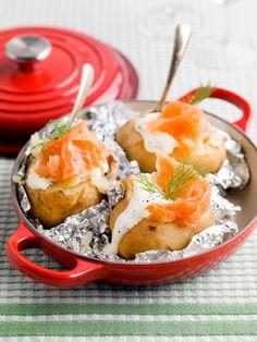 Gepofte aardappel met gerookte zalm. Heerlijk nog griekse yoghurt aan toegevoegd en veel zwarte peper en slaatje