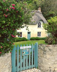 architecture, charming e cottage immagine su We Heart It Cute Cottage, Old Cottage, Garden Cottage, Cottage Homes, Cottage Ideas, Thatched House, Thatched Roof, Cottage Exterior, Interior Exterior