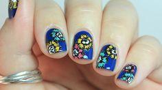 Romantikus tavaszi manikűr virágmintával