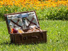 Sommerzeit ist Ausflugszeit. Genieße den Sommer bei uns am ADAMAH BioHof bei einem Bio-Picknick in unserem schönen Kräutergarten mit Abenteuerspielplatz und Tiergehege. Wicker Baskets, Picnic, Outdoor, Home Decor, Organic Vegetables, Summer Time, Playground, Outdoors, Decoration Home