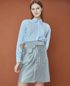 Русская девушка, которая делает простую одежду в Италии