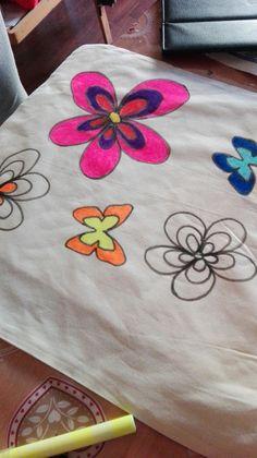 Preparazione della borsa in tela per la festa della mamma. Dipinta con pennarelli appositi, tema hippie
