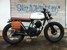 Beautiful little KZ200 (I love Kawasakis!). I love the saddle bags but I don't like that they are not color matched to the seat and grips. I think I'd try to dye the saddle bags to match. Odum Customs Kawasaki KZ200 ~ Return of the Cafe Racers
