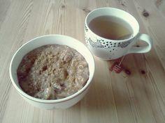 Pustekuchen frühstückte (in ihren Augen) unansehnlichen Haferbrei (aber ich mag die Tasse!) http://puustekuchen.bplaced.net/wordpress/2012/09/13/vegan-wednesday-5/#