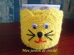 Eu não disse que ia fazer um agasalho para xícara, de gatinho? Amarelinho e fofinho, até os botões são carinhas de gato. Fei...