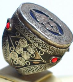 Large silver Kazakh ring decorated with coral beads and topped with blue  glass. Κοσμήματα 5a4d24eee6e