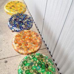 Taburetes hechos con chapas de botellas