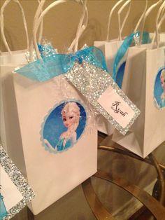 Frozen party: Elsa goody bags. Con las bolsas de papel craft, y cintas azules y de tul celeste. #DecoraciónCumpleFrosen #SorpresaCumpleFrosen