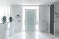 Foto di finestre & porte in stile in stile minimalista : passione per il bianco | homify
