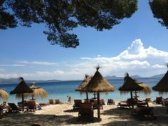 Dit is een mini strandje, Barcelo Formentor. Het water is helder blauw en er gaan veel mensen naartoe.