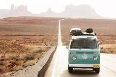 Tessa et Dillon (thebusandus), sur la route du Monument Valley, un site naturel américain situé à la frontière entre l'Arizona et l'Utah, à bord de leur van. Car Camper, Camper Van, Trippy, Super Cars Images, Monument Valley, Best Cars For Teens, Into The Wild, Permanent Vacation, Local Banks