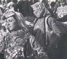 'The Dance of Trata', a traditional feast held in Megara, Central Greece-on the third day after Easter. Girls in traditional dress: photographed by Nelly's between 1933 to Folk Dance, Dance Music, Greece Costume, Greek Traditional Dress, Benaki Museum, Empire Ottoman, Greece Photography, Greek Culture, Great Photographers