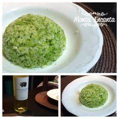 RISOTO DE BRÓCOLIS http://www.montaencanta.com.br/risoto/risoto-de-brocolis/ Inusitado o prato, difere e muito da maneira clássica de risoto, mas nem por isso menos cremoso e menos que delicioso.  Primeiro cozinhamos o maço de brócolis na água com sal, retiramos quando ele estiver al dente, então colocamos o arroz para cozinhar nessa água. Paralelamente, preparamos um creme com o brócolis cozido, escorremos o arroz e incorporamos ao creme.  Fica MARA! Simples mesmo de fazer e o resultado…