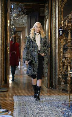Metiérs D'Art de Chanel Paris-Salzburg 2014-2015 ---> http://www.so-sophisticated.com/moda/item/76-metiers-d-art-de-chanel-paris-salzburg-2014-2015
