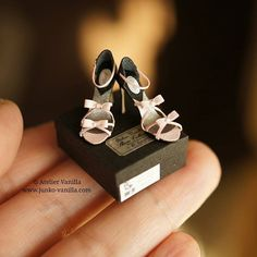 Miniature dollhouse shoes by Atelier Vanilla Barbie E Ken, Barbie Shoes, Doll Shoes, Barbie Clothes, Barbie Doll, Dollhouse Shoes, Modern Dollhouse, Dollhouse Miniatures, Victorian Dollhouse