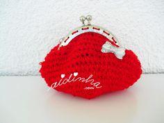 Olá pessoal! Mais uma bolsa redonda, em crochet. Esta bolsa, em vermelho vivo, feita num fio que tem incorporado outro fio de seda, também ele da mesma cor, feita em malha baixa e voltas circulares. ENCOMENDE CLICANDO AQUI!  Como o fecho é prateado, resolvi aplicar, com pist