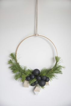Scandi Christmas Modern Wreath. Click through for the details. | glitterinc.com | @glitterinc