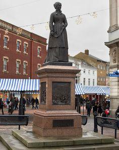 Estátua de Irmã Dora, em Walsall, condado de Midlands Ocidentais, na Inglaterra, Reino Unido.  Fotografia: Stevie378 no Flickr.
