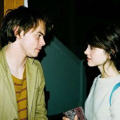 Perhaps one of the best things to come out of Stranger Things is IRL couple Natalia Dyer and Charlie Heaton. The couple first started. Jonathan And Nancy, Jonathan Byers, I Love Cinema, Pretty People, Beautiful People, Natalie Dyer, Netflix, Prince Charmant, Stranger Things Aesthetic