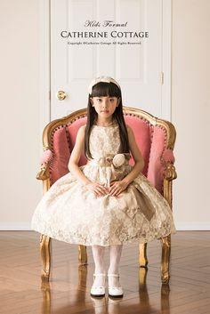 リボンベルトアンティークレースドレス   Catherine Cottage      アンティーク風の花柄レース生地を使った、シンプルな形のドレス。  ボリュームのあるスカートに存在感のあるリボンベルトが映える、  大人びた令嬢風のデザインが魅力です