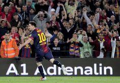 Lionel Messi festeja su primer gol ayer en el partido entre el Barcelona y el Real Betis (AFP)