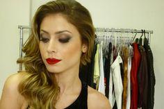 Maquiagem sofisticada para festa  com batom vermelho matte e delineador esfumado com sombra neutra. (Foto Backstage)