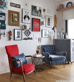 @fabi_arquiteta Red Sofa, Fotos Do Instagram, Gallery Wall, Frame, Room, Home Decor, Helsinki, Cushion Ideas, Decorative Throw Pillows