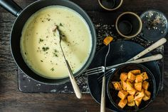 Try Irish whiskey fondue by FOOBY now. Or discover other delicious recipes from our category main dish. Irish Whiskey, Cheddar, Raclette Fondue, Pie Co, Valeur Nutritive, Food Trends, Original Recipe, Main Meals, Tray Bakes