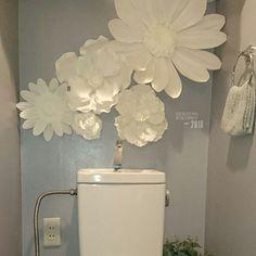 女性で、3LDKのスモーキーエレガント/グレー大好き/たくさんのいいねありがとうございます♡/エレガント…などについてのインテリア実例を紹介。「リビングにあったフランフランのウォールフラワー(^_^)トイレに引っ越ししました!よこに、セリアのウォールステッカーをはって!☆」(この写真は 2016-06-06 20:58:30 に共有されました)