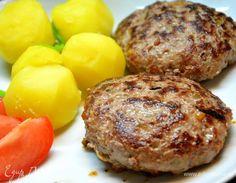 Сербская котлета «Плескавица». Ингредиенты: говядина, свинина, сало