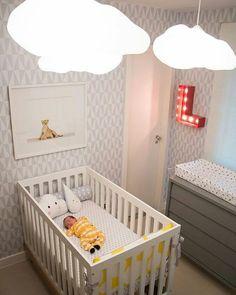 """A gente pode desejar um quartinho lindo desses + essa fofura de bebê???  Ótima inspiração de tema """"neutro"""" para as futuras mamães que ainda não decidiram a decor do quarto do neném. Boa noite!  Pinterest  #blogmeuminiape #meumimiape #inspiração #apartamentospequenos #quarto #quartodebebê #decoração"""