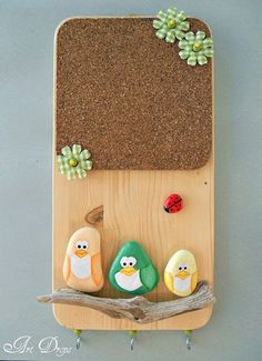 Cute little DIY memo board. The page is in another language but just looking at it I am thinking painted rocks for the birds and bug with a driftwood rest for them all, on a plain pine board with a cork sheet.picture for idea. Stone Crafts, Rock Crafts, Fun Crafts, Diy And Crafts, Crafts For Kids, Arts And Crafts, Pebble Painting, Pebble Art, Stone Painting