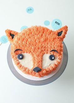 une décoration de gâteau originale et facile à réaliser avec une poche à douille, un gateau anniversaire 1 an fille en forme de têtê de renard