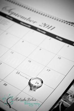 Con el anillo sobre la fecha