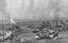 Chars allemands dans les steppes du saillant de Koursk. L'opération citadelle culmine dans la bataille de char de Prokhorovka, qui reste l'engagement de char le plus important de la guerre. Si l'avantage reste aux allemands en terme de destruction, la contre-offensive soviétique étant repoussée avec de lourdes pertes, elle stoppe tout de même l'avancée, en faisant le point le plus extrême atteint par l'axe lors de l'opération citadelle