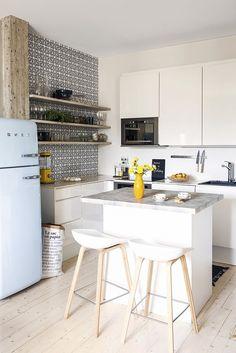 """Maailmanmatkaaja-joogaopen kodissa seinätkin ovat täynnä tarinoita: """"Äidiltäni opin, että koti on maailman tärkein paikka"""" Kaneli, Koti, Kitchen, Table, Furniture, Home Decor, Cooking, Decoration Home, Room Decor"""