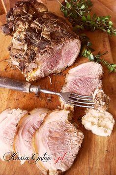 Co roku na Wielkanoc przygotowuje jedną szynkę gotowaną i jedną pieczoną. Dzisiaj podam Wam przepis na moją ulubioną szynkę pieczoną, najlepsza jest taka, która ma dookoła skórę, wtedy sz... Pork Recipes, Cooking Recipes, Good Food, Yummy Food, Sandwiches, Kielbasa, Polish Recipes, Pork Dishes, Smoking Meat