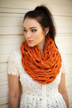 Chunky cowl hand knit scarf - made this in 30 minutes Diy Scarf, Hand Knit Scarf, Knit Cowl, Cowl Scarf, Finger Crochet, Finger Knitting, Arm Knitting, How To Make Scarf, Fashion And Beauty Tips