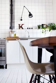 Another example of flexible wall lights as task lamps in a kitchen