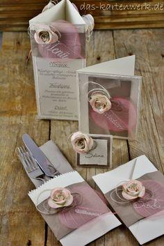 Handgefertigtes Hochzeitsset von KartenWerk. Das Set besteht aus Einladungskarte, Danksagungskarte, Menükarte, Tischkärtchen und Bestecktasche. Für weitere Infos besucht mich auf meiner Website https://kartenwerk.wordpress.com/ . Ich freue mich auf euren Besuch! =)