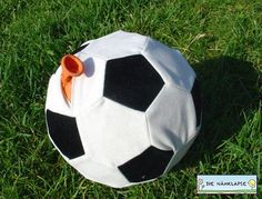 Luftballonhüllen aus Stoff gibt es so einige – diese ist für echte Fußballfans! Man braucht weißen und schwarzen Stoff – ich habe Kunstwildleder (Velours) genommen. Denkbar wäre auch Fi…