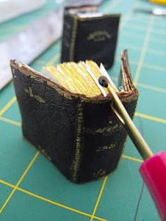 Tutorial for miniature spell book Dollhouse Tutorials, Diy Dollhouse, Haunted Dollhouse, Dollhouse Miniatures, Minis, Handmade Books, Handmade Journals, Handmade Rugs, Handmade Crafts