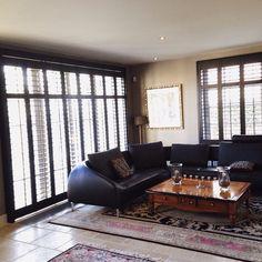 Creëer een sfeervolle woonkamer met Van Eyck shutters. Kijk voor ...